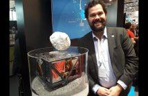 Michał Moroz obok modelu lądownika MASCOT / Credits - Blue Dot Solutions