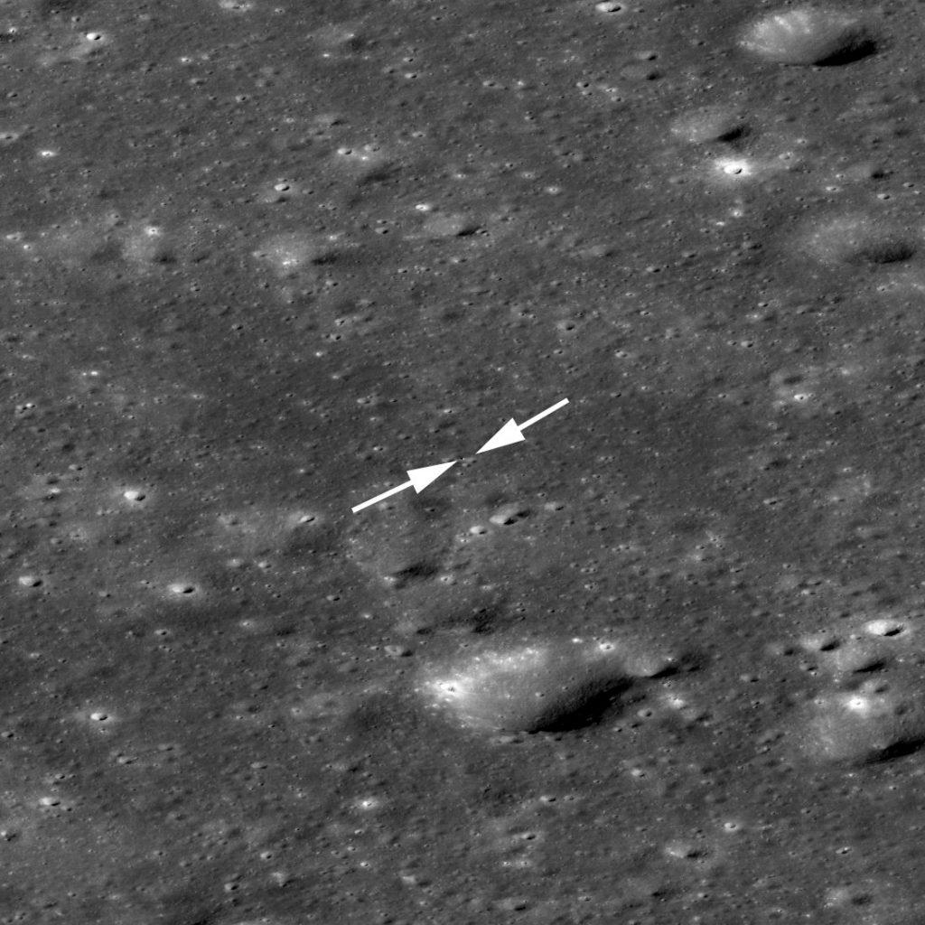 Ujęcie regionu lądowania Chang'e 4 z zaznaczonym lądownikiem oraz łazikiem. Zdjęcie ma około 1700 metrów szerokości / Credits - NASA/GSFC/Arizona State University