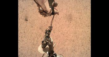Instalacja HP3 na powierzchni Marsa / Credits - NASA/JPL-Caltech
