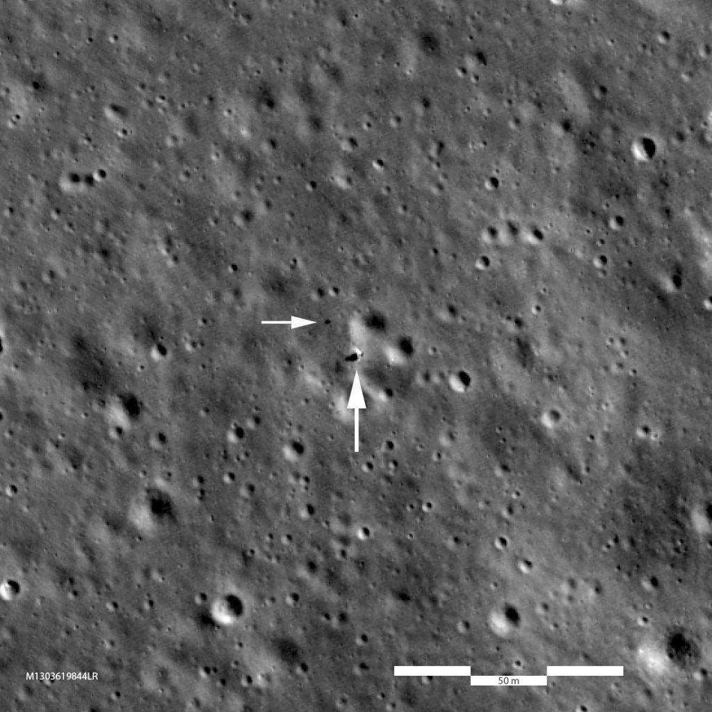 Zbliżenie na rejon lądowania Chang'e 4. Strzałkami zaznaczono Chang'e 4 i łazik Yutu-2. Zdjęcie z sondy LRO / Credits - NASA/GSFC/Arizona State University