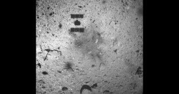 Region pobrania próbek przez Hayabusa 2 - zdjęcie wykonane podczas oddalania się sondy od planetoidy (22 lutego 2019) / Credits - JAXA