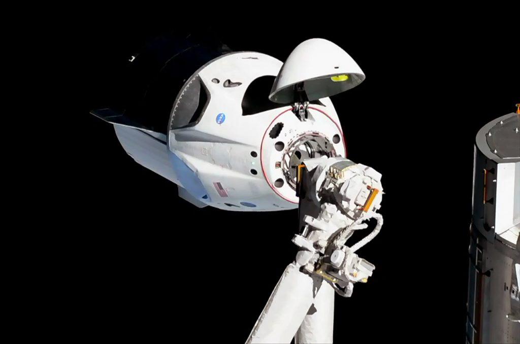 Statek SpaceX Dragon 2 w pierwszym, testowym locie zbliża się do Międzynarodowej Stacji Kosmicznej (3 marca 2019 r.) / NASA