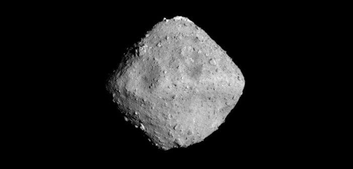 Planetoida Ryugu widziana z odległości 22 km / Credits - JAXA