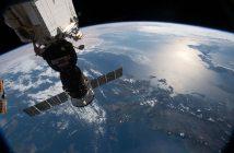 Widok na Ziemię i (zacumowanego) Sojuza MS-12 z pokładu ISS (31.03.2019) / Credits - NASA