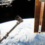 Spojrzenie na SSRMS z pokładu ISS (zdjęcie z 13 kwietnia 2019) / Credits - NASA