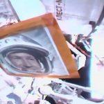 Uhonorowanie urodzin Leonowa podczas spaceru VKD-46 / Credits - NASA TV