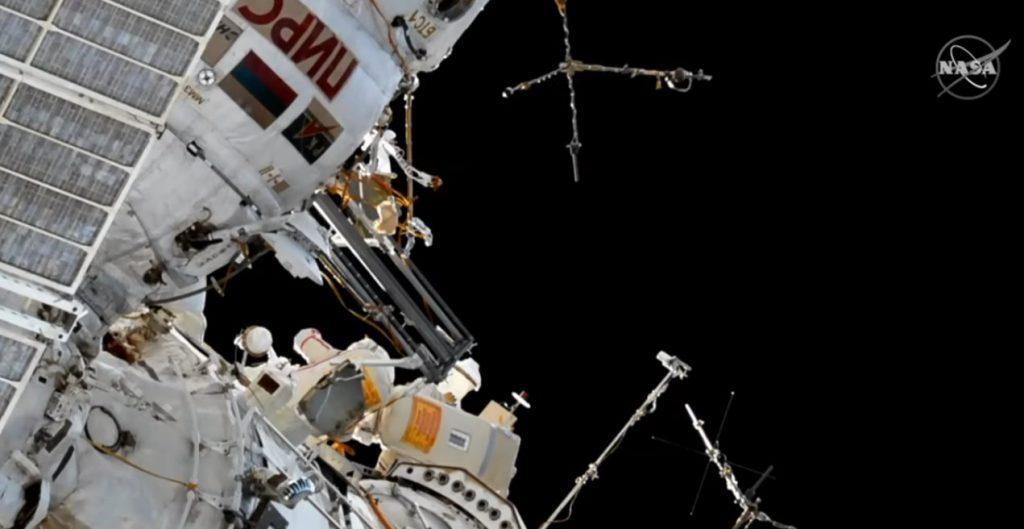 Wyrzucenie jednej z anten podczas spaceru VKD-46 - antena w ciągu kilku miesięcy spłonie w atmosferze / Credits - NASA TV