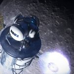 Artystyczna wizja lądownika zmierzającego ku powierzchni Księżyca - program Artemis / Credits - NASA
