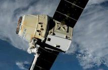 Ujęcie na kapsułę Dragon i końcówkę SSRMS - koniec misji CRS-17 / Credits - NASA TV