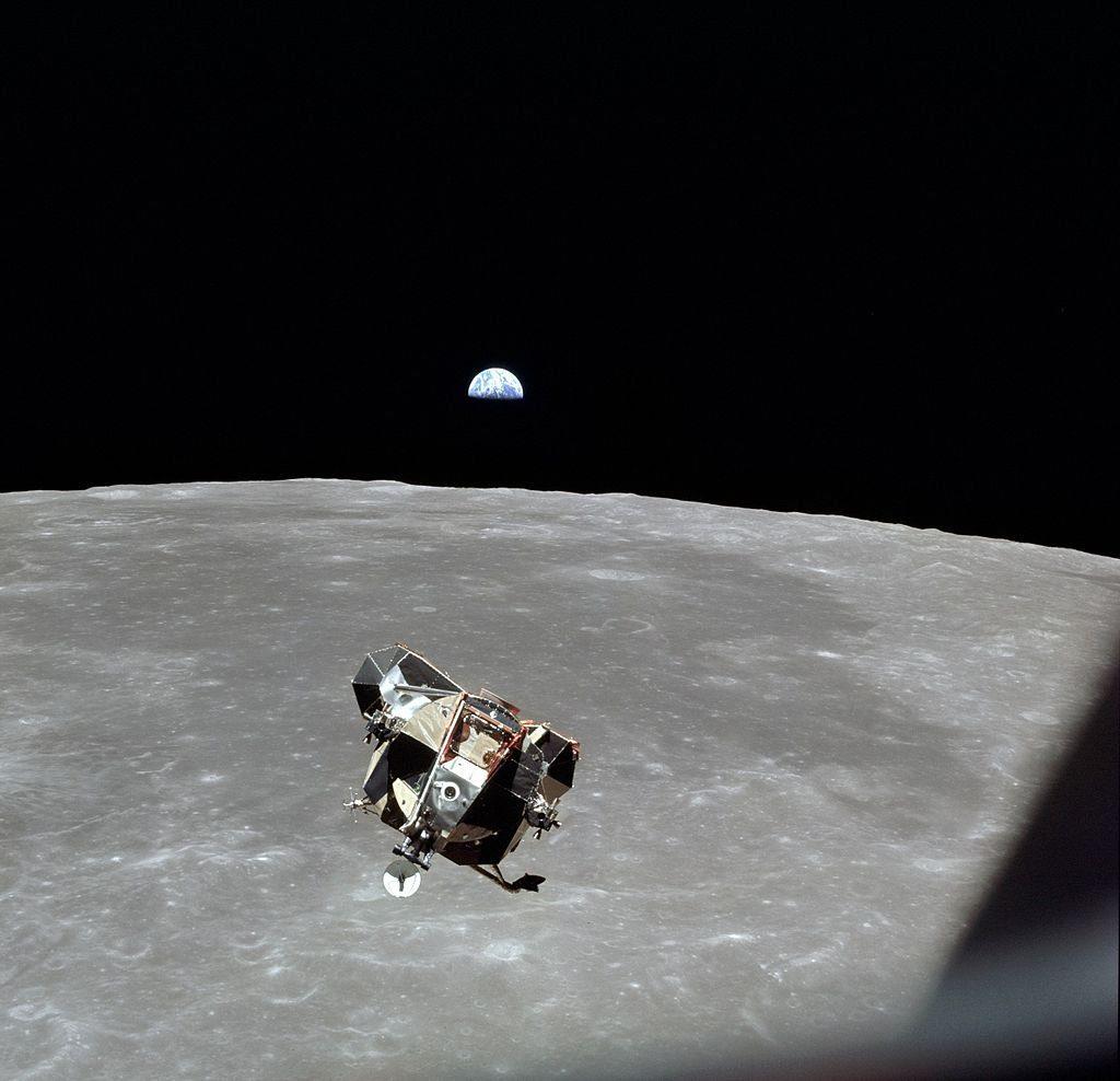 Lądownik Eagle zbliża się do kapsuły Apollo po pobycie na Księżycu / Credits - NASA
