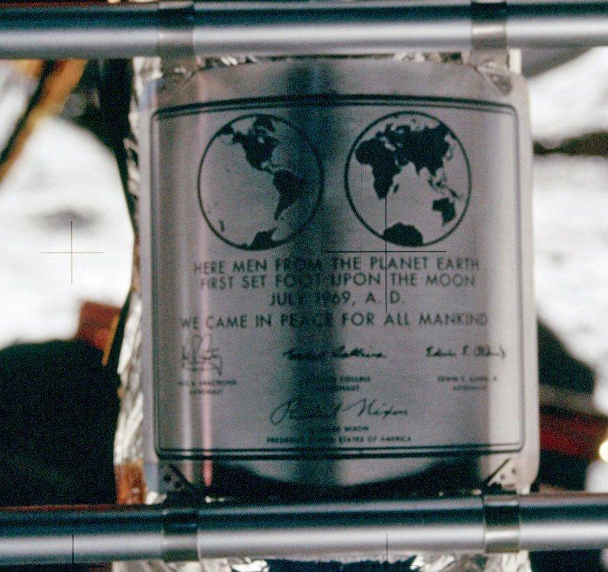 Plakietka zainstalowana na nodze lądownika - misja Apollo 11 / Credits - NASA