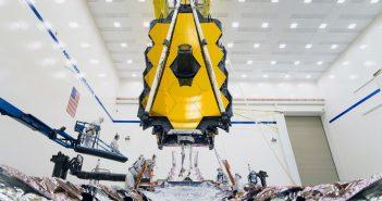 Instalacja części naukowej JWST na platformę satelitarną tego kosmicznego teleskopu / Credits - NASA/Chris Gunn