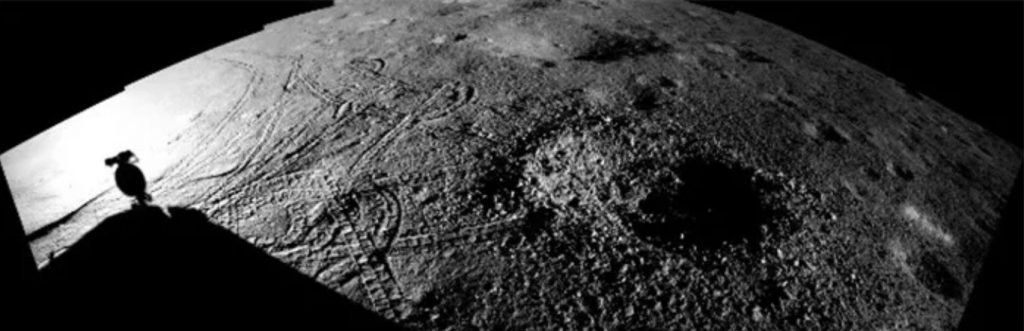 Ślady kół Yutu-2 wokół małego krateru, sugerujące trudność w uzyskaniu optymalnej pozycji do pomiarów / Credits - CNSA