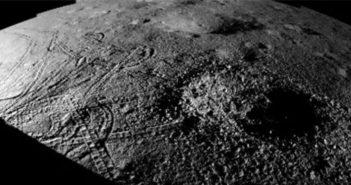 Ślady kół Yutu-2 wokół małego krateru, sugerujące trudność w uzyskaniu optymalnej pozycji do pomiarów / Credits – CNSA