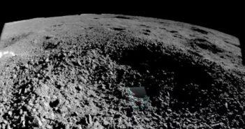 """Zdjęcie wnętrza krateru z interesującą """"substancją"""" / Credits - CNSA (??)"""