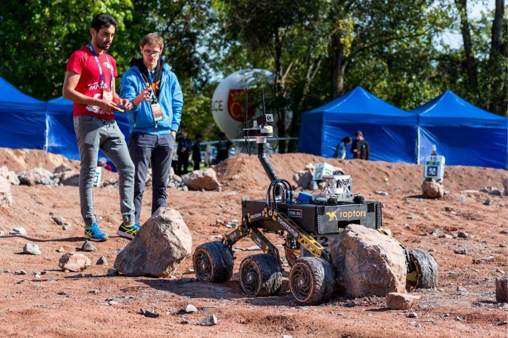 Najpierw wygłupy, a potem sromotna porażka - ten robot nie zauważył na swojej drodze dość sporej przeszkody i się zablokował / Credits- Marcin Szustak