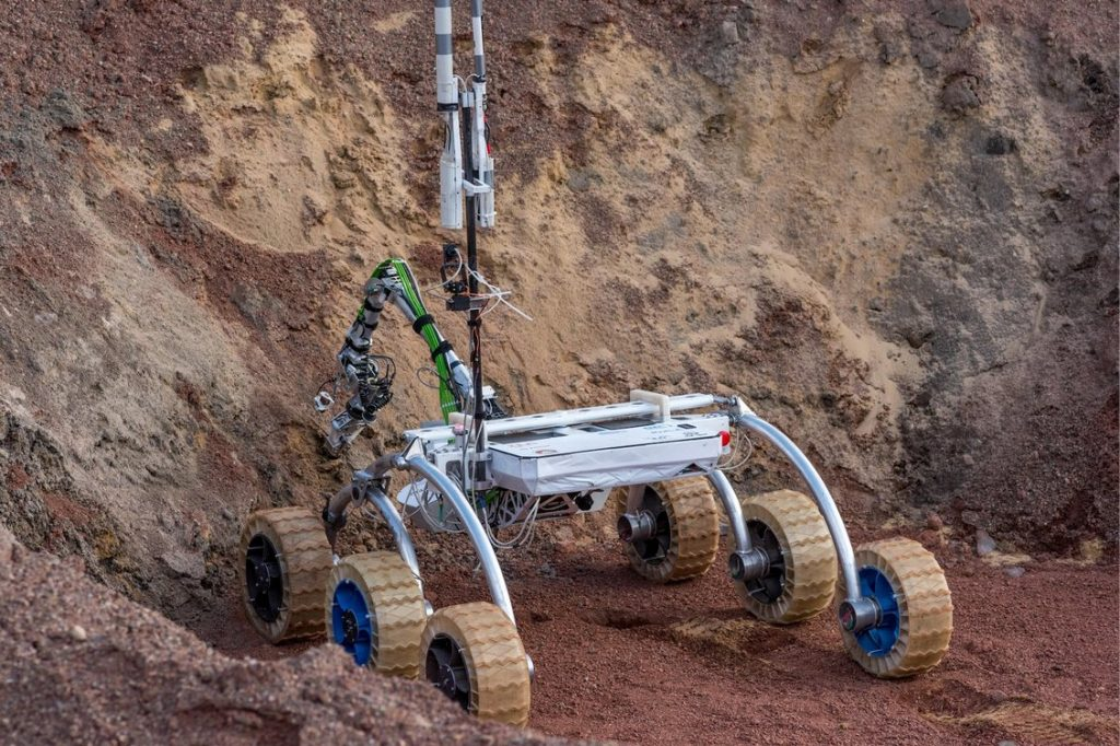 Jedna z najcięższych konkurencji - pobranie próbki gleby w głębokim kraterze - ten łazik dał radę dzięki obrotowemu chwytakowi! / Credits - Marcin Szustak