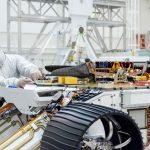 Instalacja helikoptera na łaziku Mars 2020 / Credits - NASA, JPL