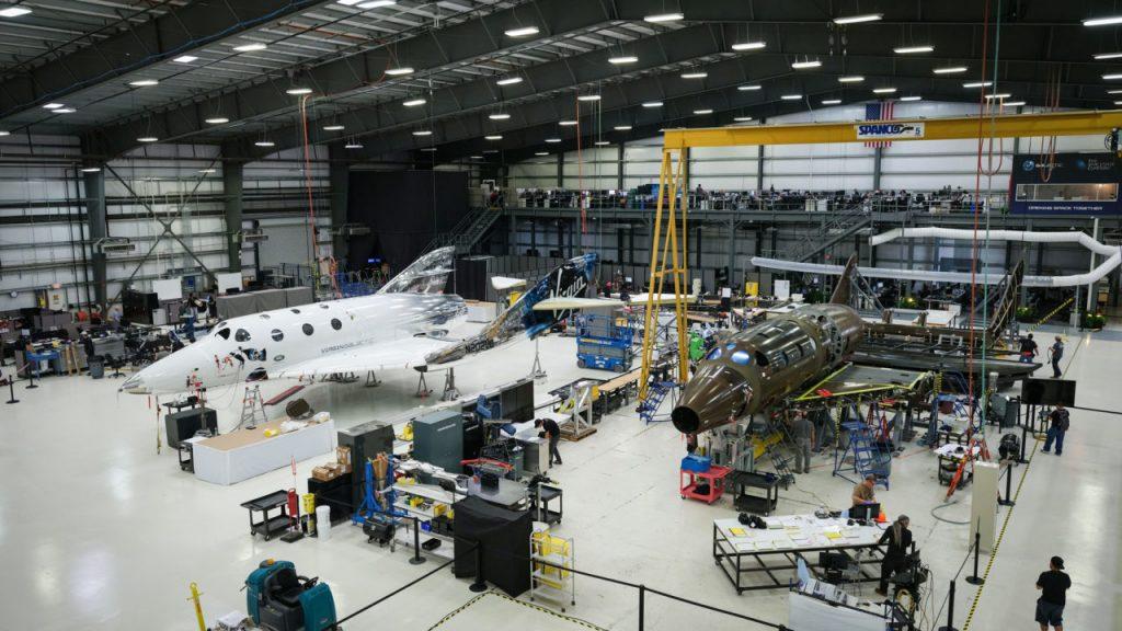 Trzeci (= drugi istniejący) egzemplarz SpaceShipTwo podczas budowy obok (używanego już) VSS Unity / Credits - Virgin Galactic