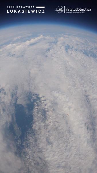 Widok z przedziału ładunku użytecznego na opadający niżej człon napędowy rakiety ILR-33  BURSZTYN / Credits - Sieć Badawcza Łukasiewicz – Instytut Lotnictwa