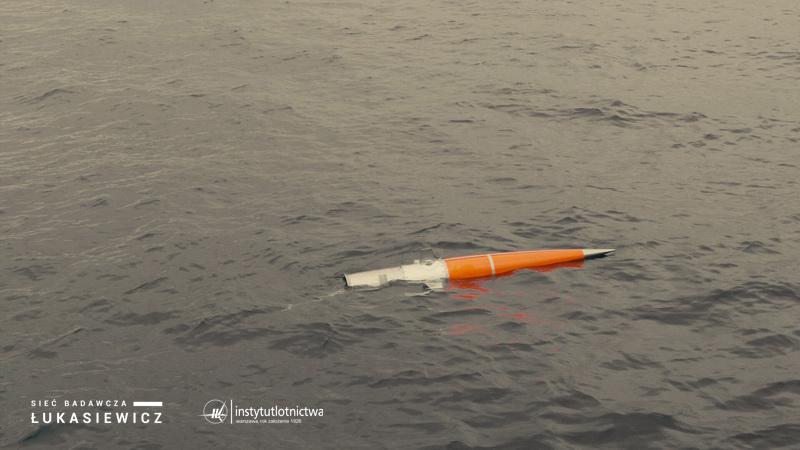 Dryfowanie głowicy z przedziałem ładunku użytecznego na powierzchni Morza Bałtyckiego / Credits - Sieć Badawcza Łukasiewicz – Instytut Lotnictwa