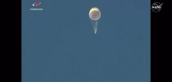 Opadanie kapsuły Sojuza MS-12 na spadochronie. Widoczne gazy pochodzą z opróżnianych zbiorników Sojuza (jedna z czynności przed lądowaniem) / Credits - NASA TV