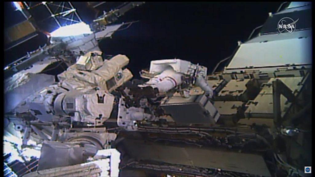 Prace podczas EVA-58 / Credits - NASA TV