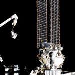 Luca Parmitano zmierza ku AMS-02 za pomocą ramienia SSRMS / Credits - NASA TV