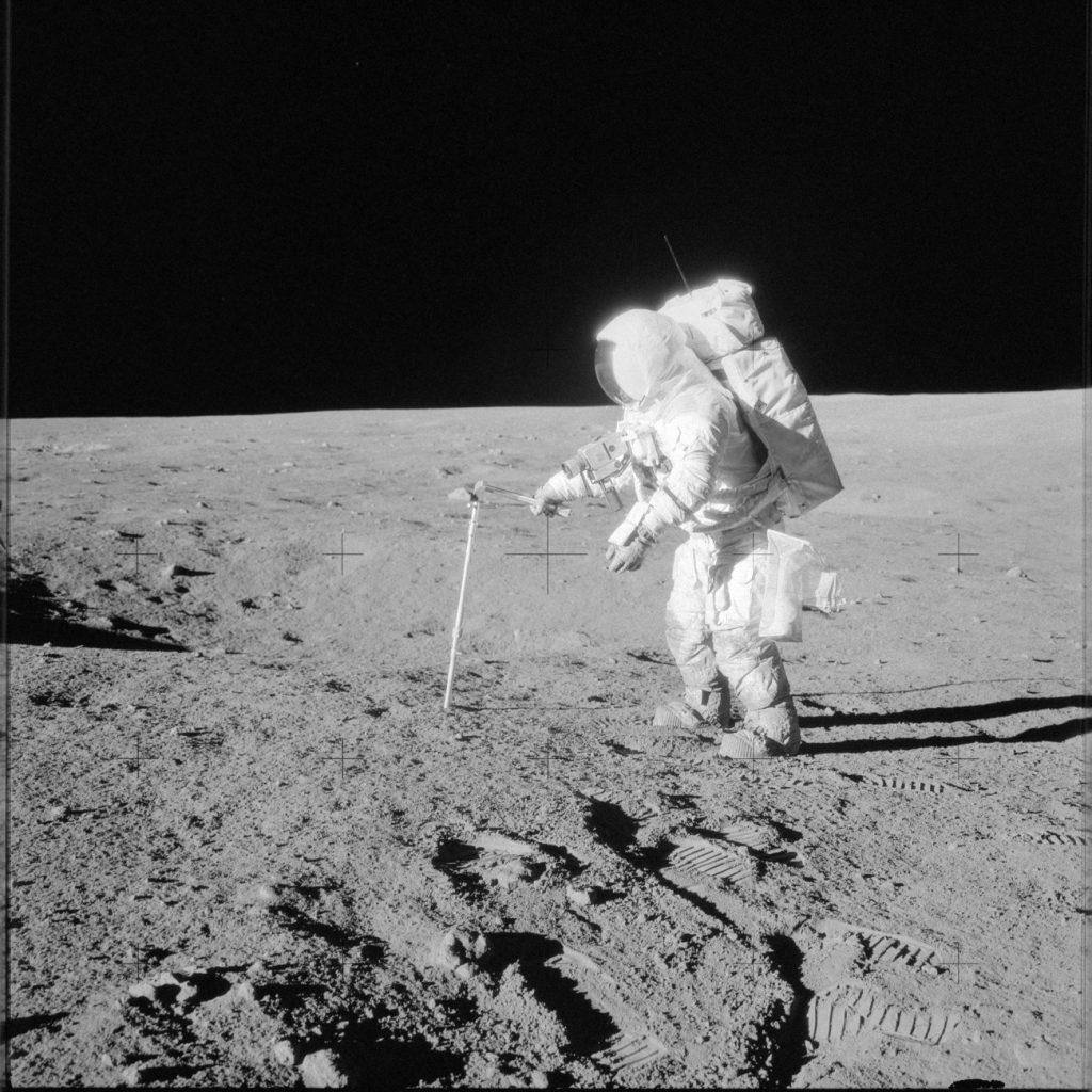 Prace na powierzchni Księżyca - odwiert próbek materii księżycowej - misja Apollo 12 / Credits - NASA