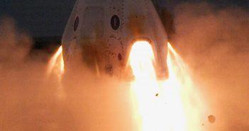 Opublikowane przez Elona Muska zdjęcie kapsuły Dragon 2 z odpalonymi silniczkami Super Draco / Credits - SpaceX
