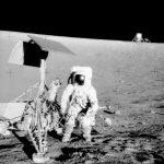Pete Conrad obok lądownika Surveyor 3 - misja Apollo 12 / Credits - NASA