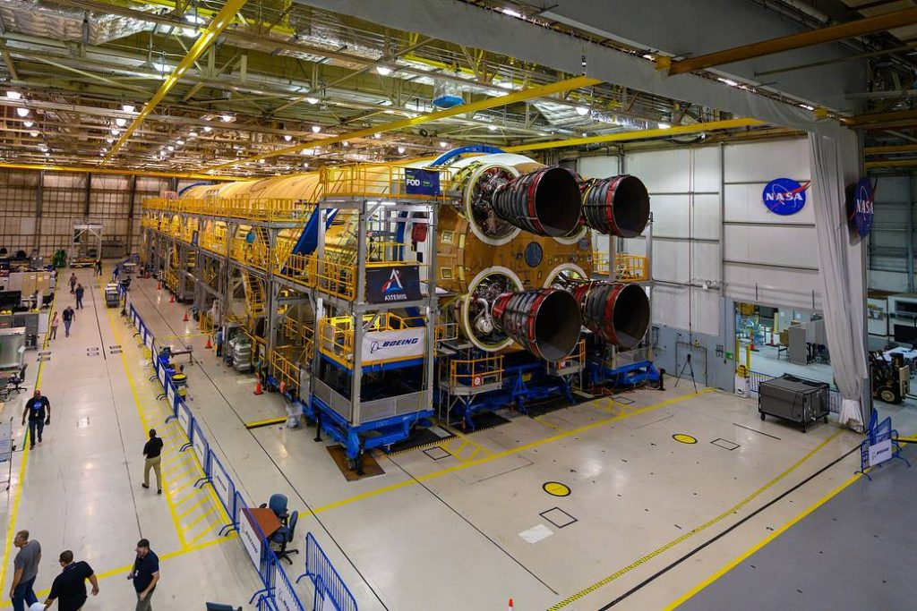 Pierwszy stopień SLS z zainstalowanymi czterema silnikami RS-25 / Credits - NASA