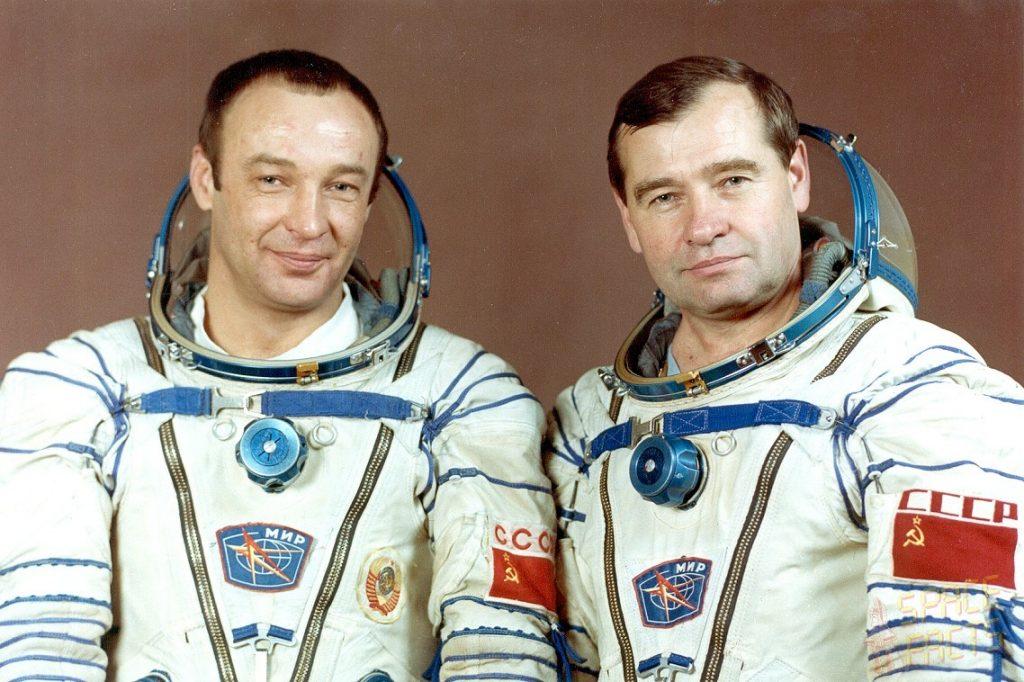 Oficjalne zdjęcie załogi  Sojuza TM-16: Giennadij Michajłowicz Manakow i Giennadij Michajłowicz Striekałow Credits: spacefacts.de