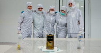 Członkowie zespołu ze zintegrowanym satelitą PW-Sat2 w cleanroomie CEZAMAT