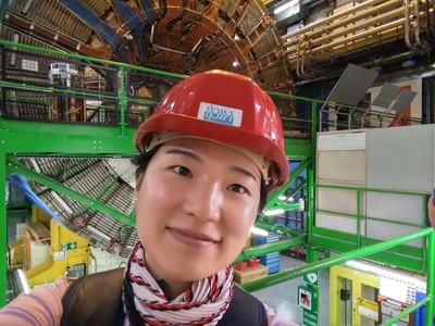 Dr Jihyun Bhom z Instytutu Fizyki Jądrowej PAN w Krakowie na tle detektora LHCb w CERN. (Źródło: IFJ PAN)