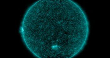 Widok Słońca w dalekim ultrafiolecie 7 stycznia 2020. Grupa 2755 jest po środku tarczy słonecznej / Credits - NASA, SDO