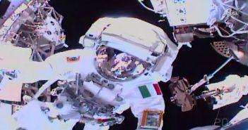 Luca Parmitano podczas EVA-64 / Credits - NASA TV