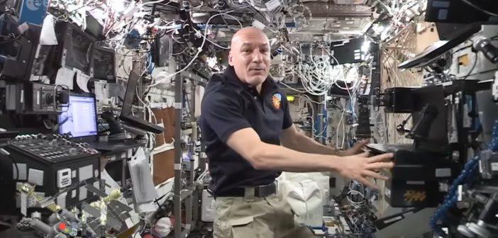 Luca Parmitano prezentuje wnętrze modułu Destiny / Credits - ESA