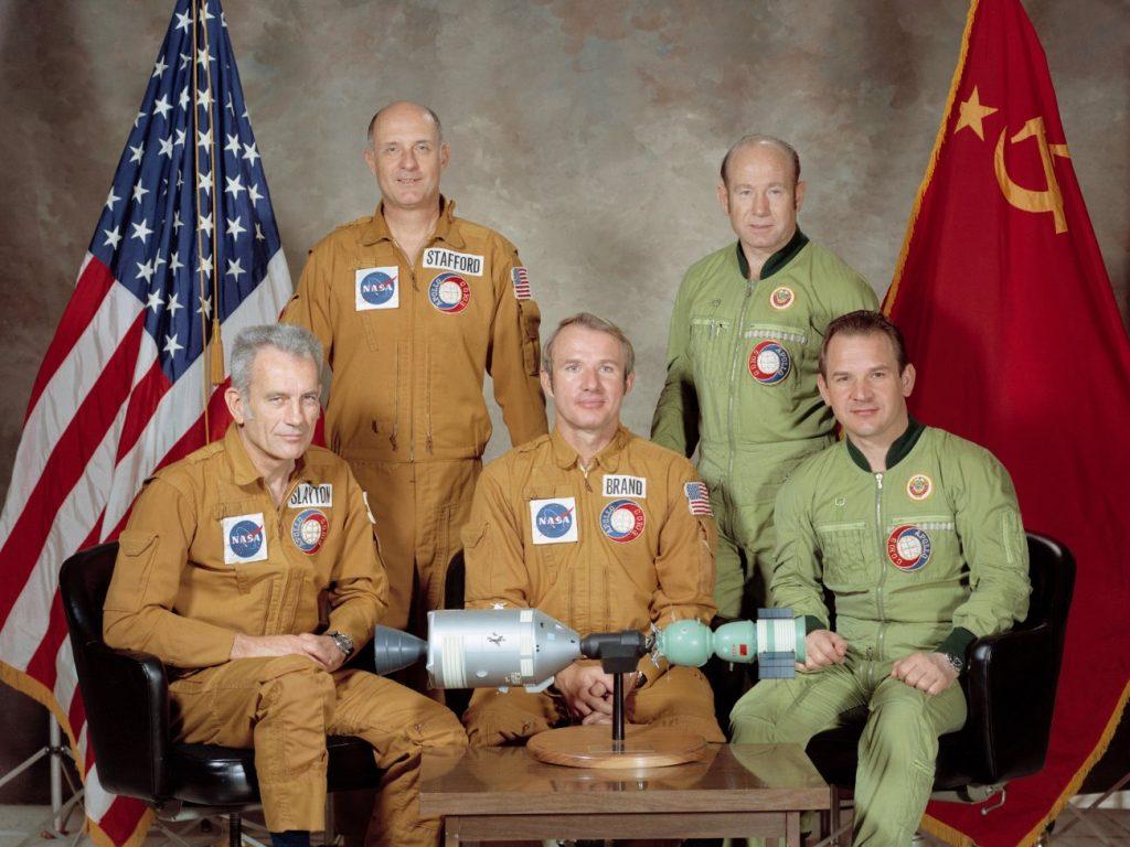 """Uczestnicy wspólnego lotu Sojuz-Apollo. Od lewej  """"Deke"""" Slayton, Tom Stafford, Vance Brand, Aleksiej Leonow, Walerij Kubasow . Credits: NASA"""