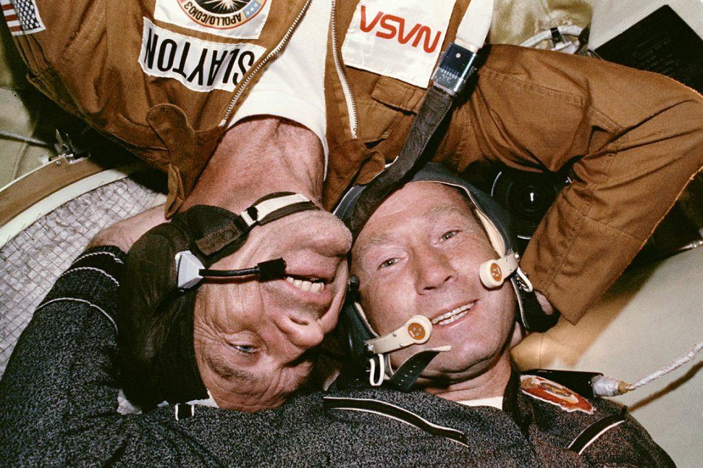 Pierwsze w historii spotkanie na orbicie kosmonautów z dwóch różnych państw: Thomas Stafford i Aleksiej Leonow. Credits: NASA