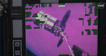 Przechwycenie pojazdu Cygnus przez SSRMS - 18.02.2020 - widok z monitora wewnątrz ISS / Credits - NASA TV