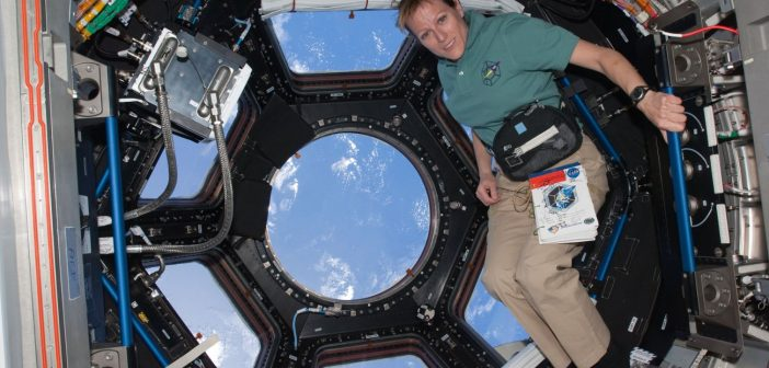 Astronautka Kathryn Hire w module Cupola w trakcie misji STS-130 / Credits - NASA