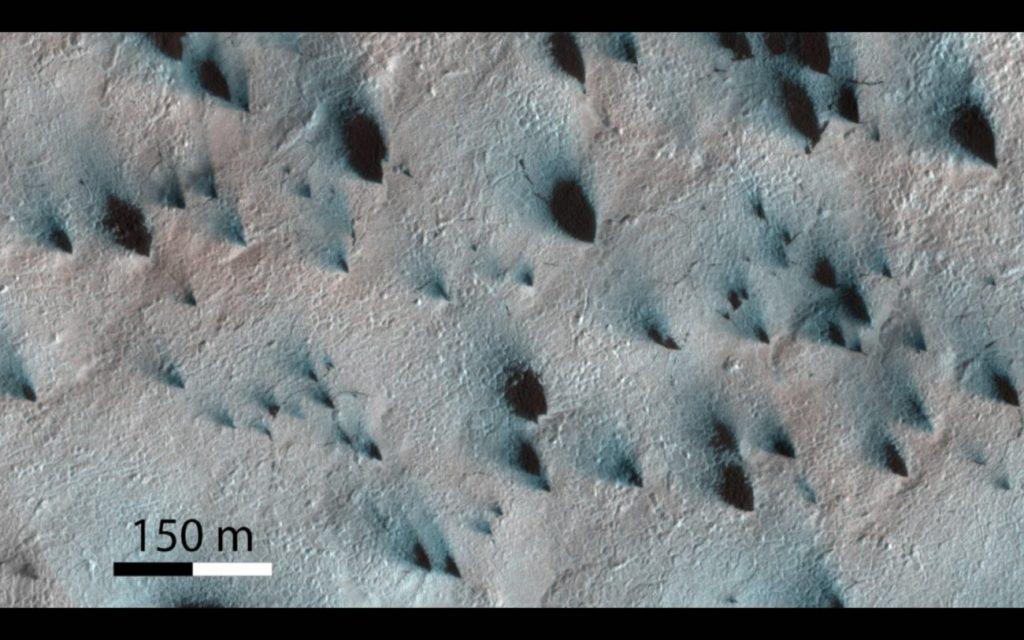 Przykładowe zdjęcie Marsa z widocznymi ciemnymi tworami - zdjęcie z HiRISE / Credits - NASA