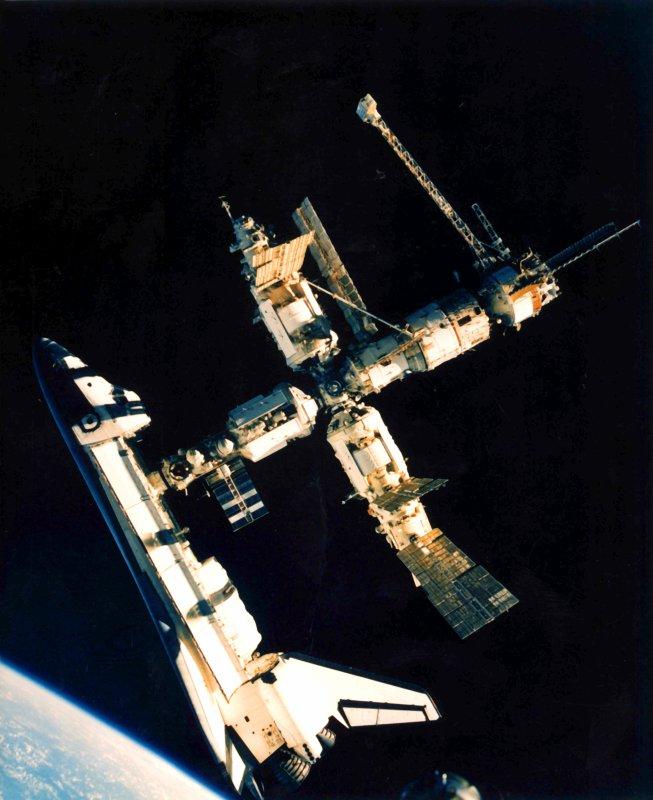 Prom Atlantis (STS-71) i stacja Mir / Credits - NASA