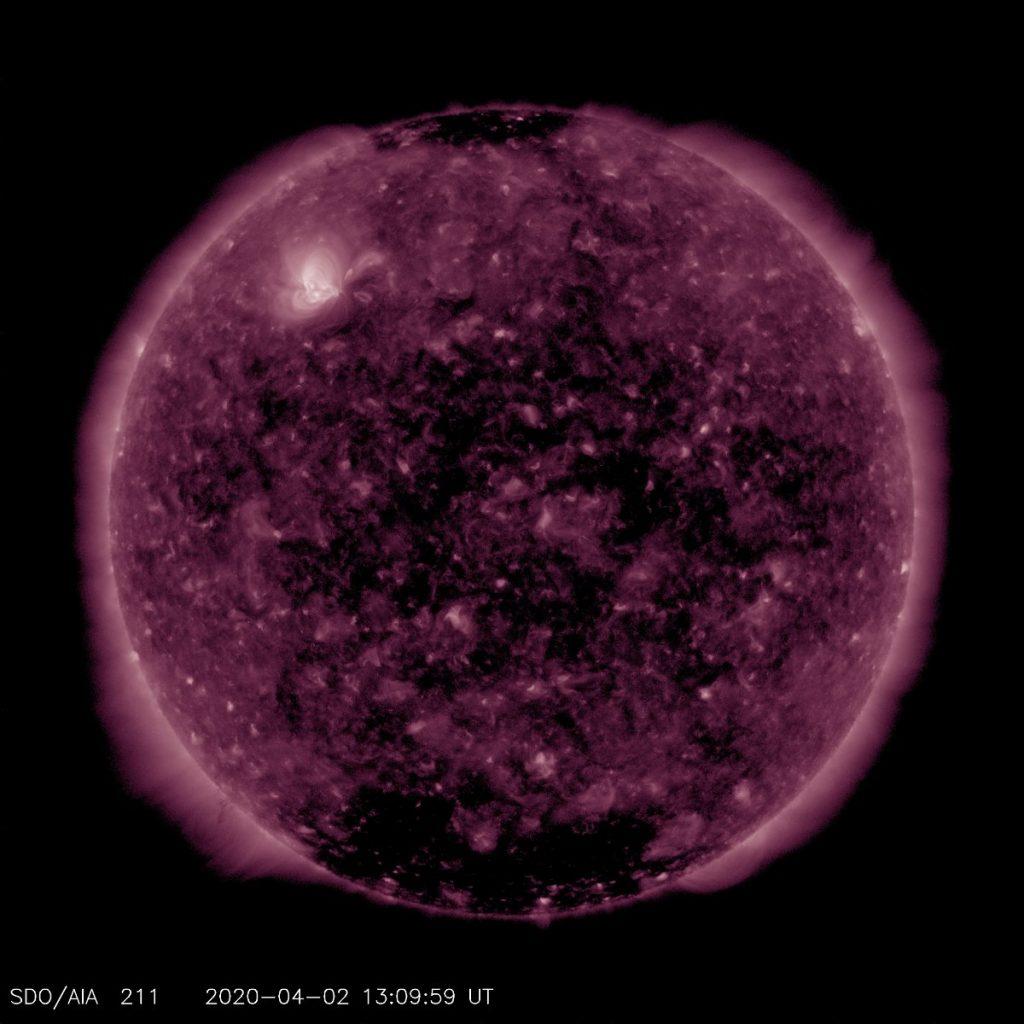 Wygląd tarczy słonecznej na zakresie ultrafioletu w dniu 2 kwietnia 2020 / Credits - NASA, SDO