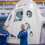 Załoga misji SpX-DM2 przy modelu kapsuły Dragon 2 (zdjęcie z 2018 roku) / Credits - NASA