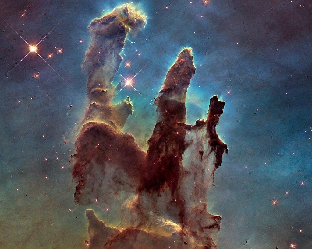 """Jedno z najsłynniejszych zdjęć HST - tzw. """"Kolumny stworzeni"""", część mgławicy M16 (w ich wnętrzu zachodzą procesy gwiazdotwórcze) / Credits - NASA, ESA"""
