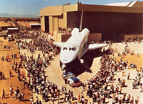 Prototyp Enterprise podczas ceremonii wytaczania z zakładów w Palmdale we wrześniu 1976r. (NASA)