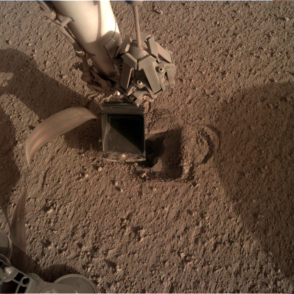 """Sytuacja na 3 maja 2020 - Kret """"zniknął"""" w zagłębieniu / Credits - NASA, JPL-Caltech"""