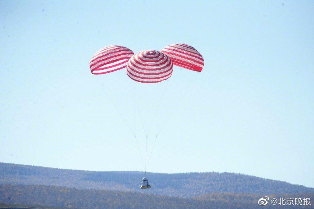 Lądowanie nowej chińskiej kapsuły załogowej - otwarte spadochrony oraz poduszki powietrzne / Credits - CCTV